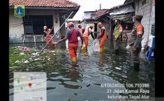 Petugas PPSU bersihkan saluran air di Jakbar antisipasi banjir